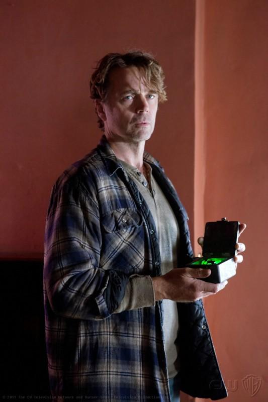 L'Alt-Jonathan (John Schneider) con un pezzo di criptonite nell'episodio Kent di Smallville