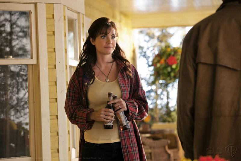 Lois (Erica Durance) con due birre nell'episodio Kent di Smallville