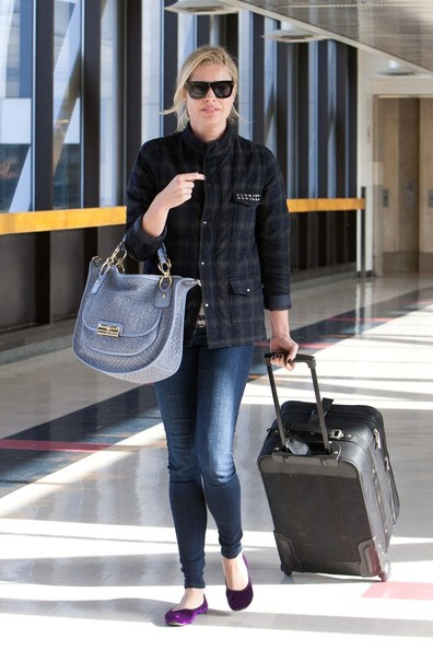 Rebecca Romijn arriva al Los Angeles International Airport