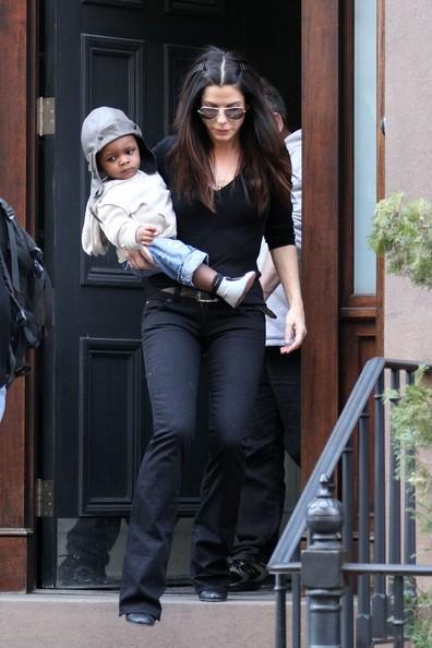 Sandra Bullock e suo figlio mentre lasciano il loro appartamento