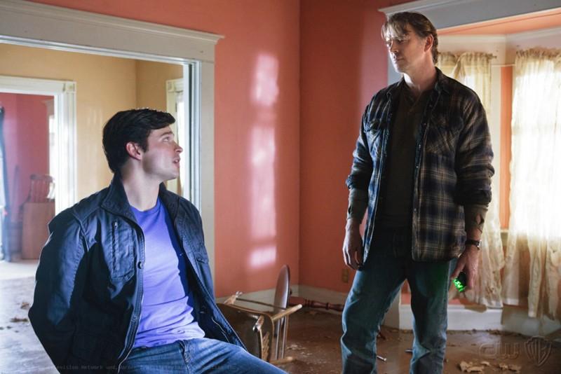 Alt-Jonathan (John Schneider) guarda Clark (Tom Welling) nell'episodio Kent di Smallville