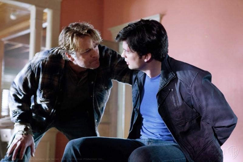 Alt-Jonathan (John Schneider) parla con Clark (Tom Welling) nell'episodio Kent di Smallville