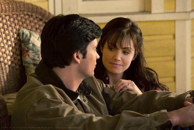 Tom Welling ed Erica Durance si guardano affettuosamente nell'episodio Kent di Smallville