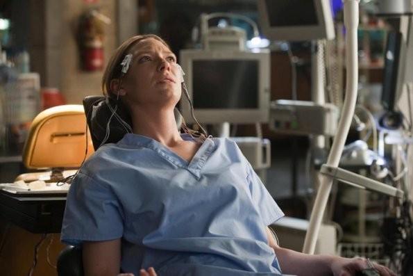 Anna Torv nell'episodio Lysergic Acid Diethylamide di Fringe
