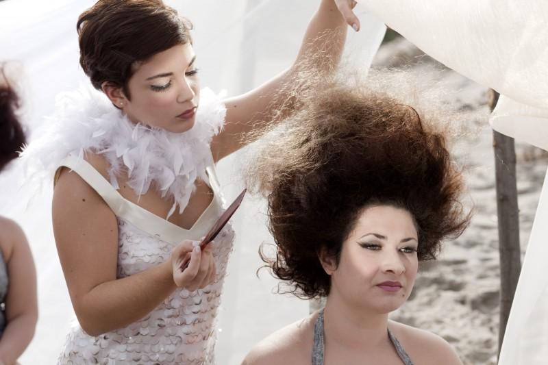 Carla Marchese alle prese con un'acconciatura vaporosa in una scena del film I baci mai dati (2010)