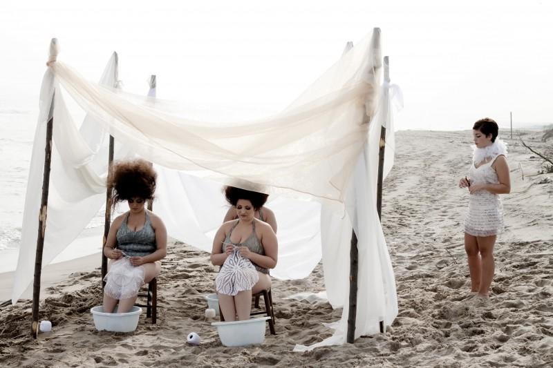 Carla Marchese (in piedi) in una scena del film I baci mai dati (2010)