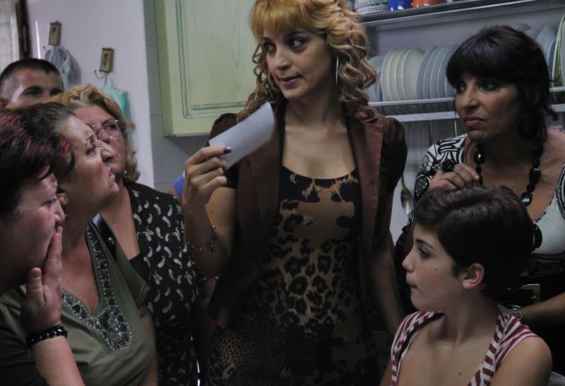 Donatella Finocchiaro (al centro) in una scena del film I baci mai dati (2010)