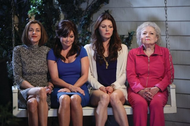 Jane Leeves, Betty White, Valerie Bertinelli e Wendie Malick in una scena di Hot in Cleveland