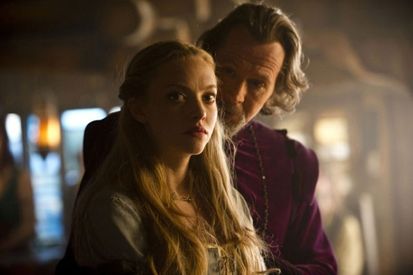 Amanda Seyfried accanto a Gary Oldman in Cappuccetto Rosso Sangue