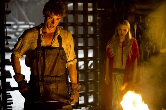 Amanda Seyfried con Max Irons in una sequenza del film Cappuccetto Rosso Sangue