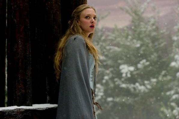 Amanda Seyfried in una sequenza di Cappuccetto Rosso Sangue