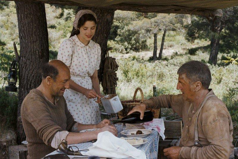 Astrid Berges-Frisbey insieme a Kad Merad e Daniel Auteuil in La fille du puisatier