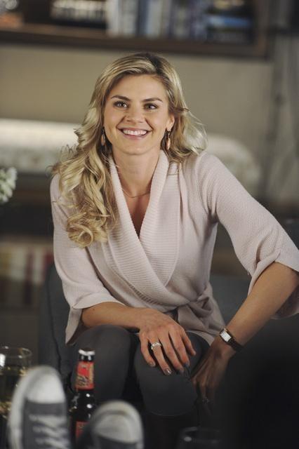 Eliza Coupe in una scena dell'episodio Like Father, Like Gun di Happy Endings