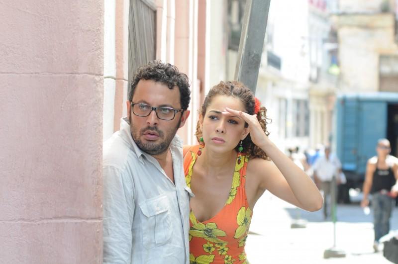 Enrico Brignano con Aurora Cossio in una scena di Faccio un salto all'Avana