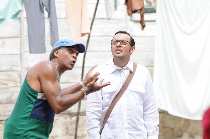 Enrico Brignano in una scena di Faccio un salto all'Avana