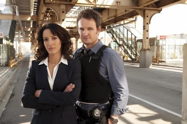 Jason Clarke e Jennifer Beals in una foto promozionale di The Chicago Code
