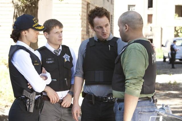 Jason Clarke, Jennifer Beals e Matt Lauria nell'episodio Black Hand and the Shotgun Man di The Chicago Code