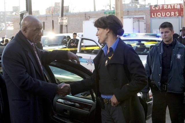Jennifer Beals e Delroy Lindo nell'episodio Cabrini-Green di The Chicago Code