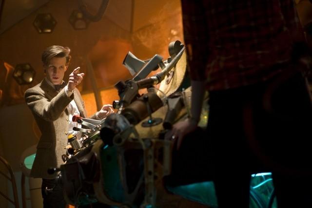 Matt Smith nel TARDIS in una scena della stagione 6 di Doctor Who