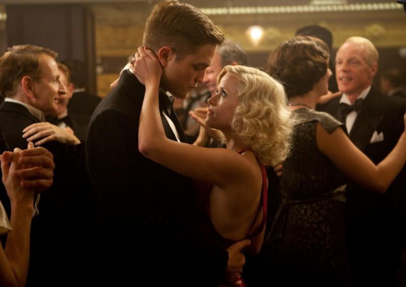 Robert Pattinson con Reese Witherspoon in una scena del film Come l'acqua per gli elefanti