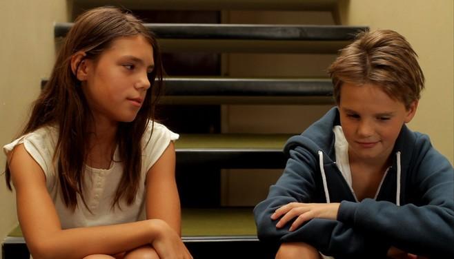 Scatta l'attrazione tra Zoé Heran e Jeanne Disson in una scena del film Tomboy, di Celine Sciamma