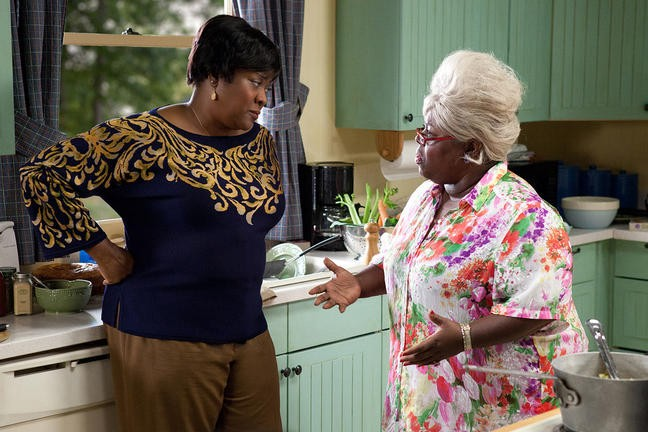 Loretta Devine e Cassi Davis nel film Madea's Big Happy Family