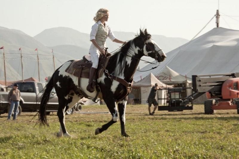 Reese Witherspoon in sella ad un cavallo nel film Come l'acqua per gli elefanti
