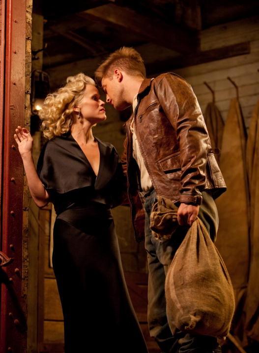 Robert Pattinson bacia Reese Witherspoon nel film Come l'acqua per gli elefanti, del 2011
