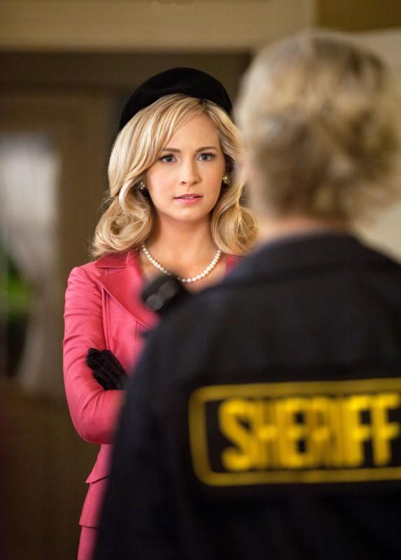 Caroline (Candice Accola) parla con la madre nell'episodio The Last Dance di Vampire Diaries