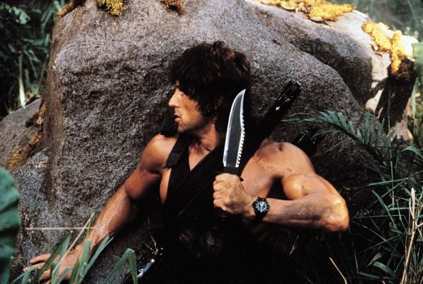 Sylvester Stallone in una sequenza action di Rambo 2
