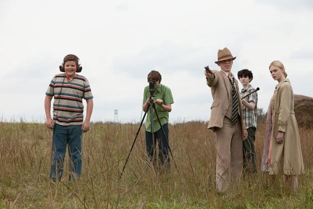 Ancora un'immagine di Elle Fanning e dei suoi piccoli amici cineasti in Super 8