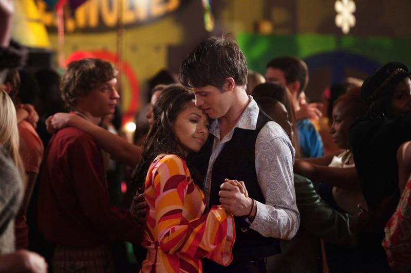 Bonnie (Katerina Graham) e Jeremy (Steven R. McQueen) durante un lento nell'episodio The Last Dance di Vampire Diaries