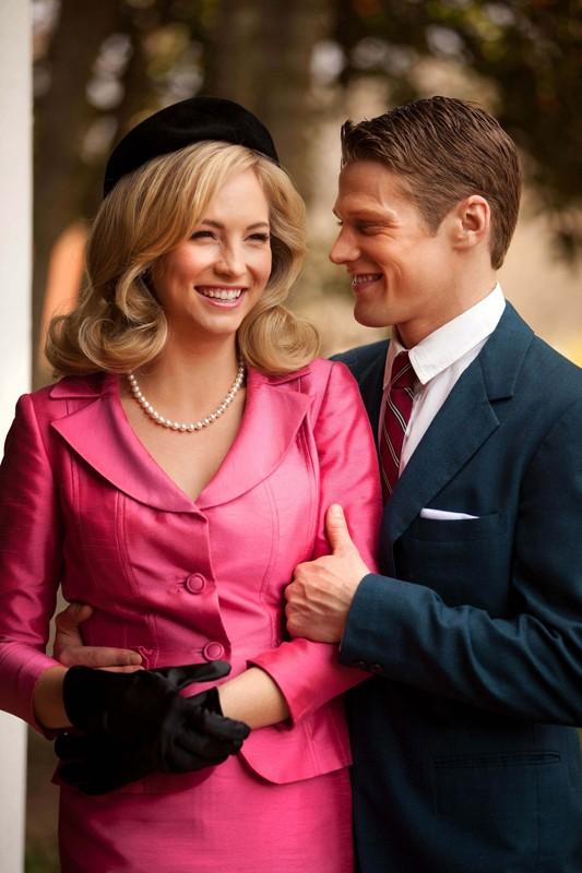 Candice Accola e Zach Roerig sorridenti sul set dell'episodio The Last Dance di Vampire Diaries