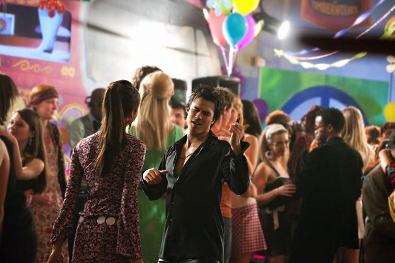 Ian Somerhalder danza di fronte a Nina Dobrev nell'episodio The Last Dance di Vampire Diaries