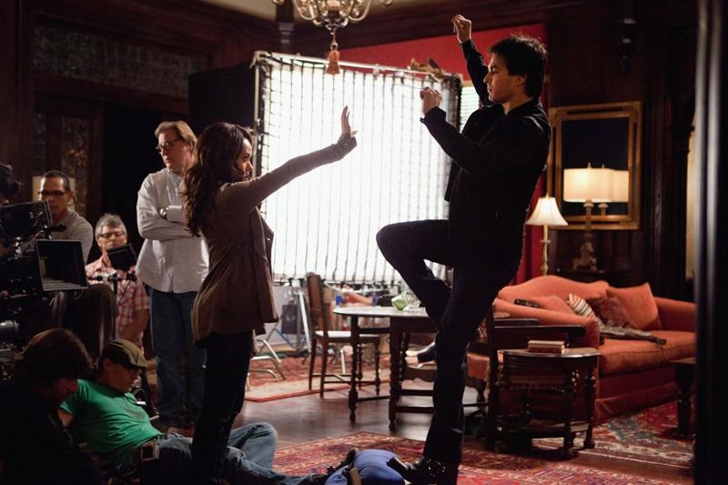 Katerina Graham e Ian Somerhalder provano una scena sul set dell'episodio The Last Dance di Vampire Diaries