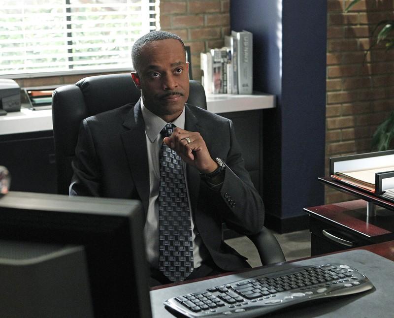 Leon Vance (Rocky Carroll) nel suo ufficio nell'episodio Two Faced di NCIS