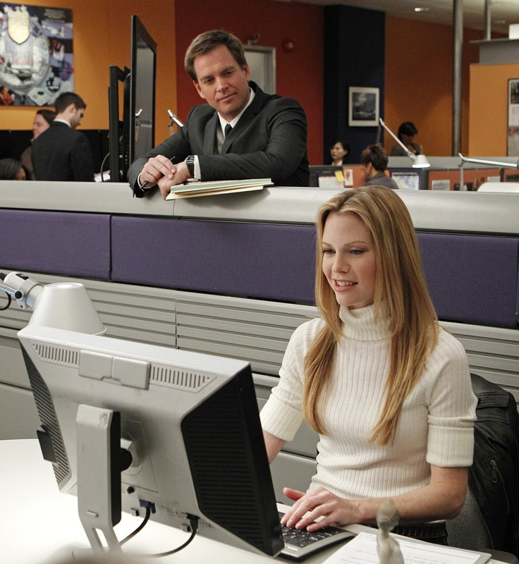 Michael Weatherly guarda Sarah Jane Morris a lavoro nell'episodio Two Faced di NCIS