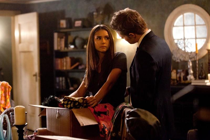 Paul Wesley guarda Nina Dobrev nell'episodio The Last Dance di Vampire Diaries