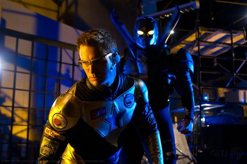 Booster (Eric Martsolf) con alle spalle Blue Beetle (Jaden Brandt Bartlett) nell'episodio Booster di Smallville