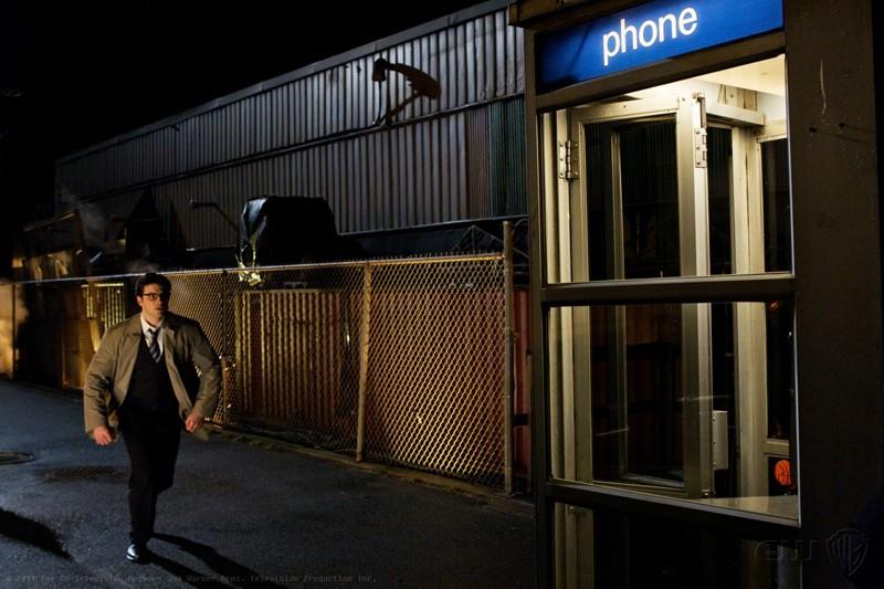 Clark (Tom Welling) corre verso la gabina telefonica nell'episodio Booster di Smallville