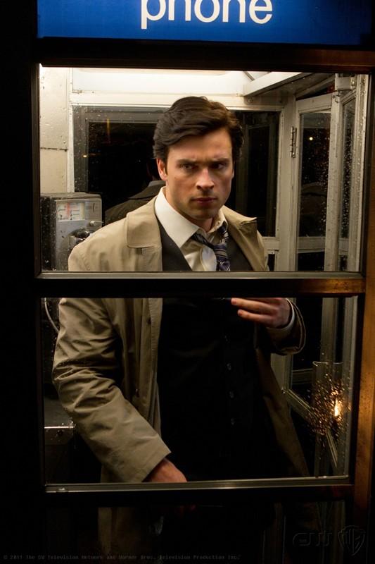 Clark (Tom Welling) si cambia nella cabina telefonica nell'episodio Booster di Smallville