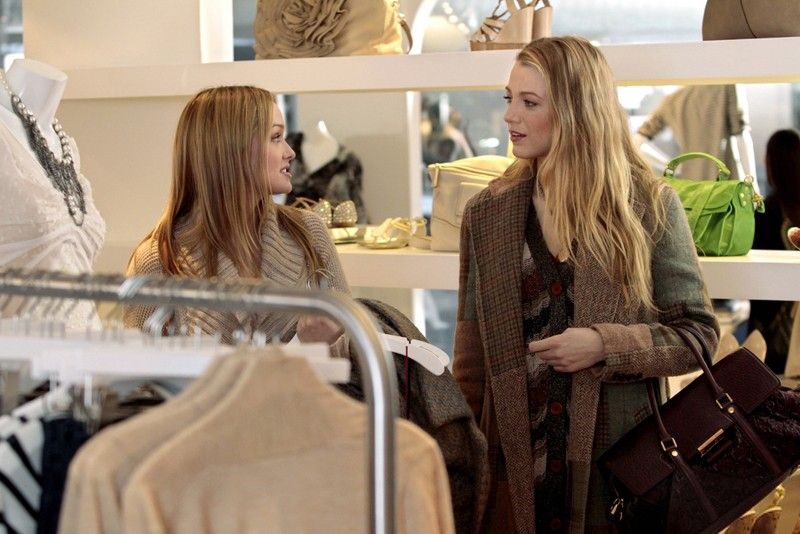 Kaylee DeFer e Blake Lively in un momento dell'episodio The Kids Stay in the Picture di Gossip Girl