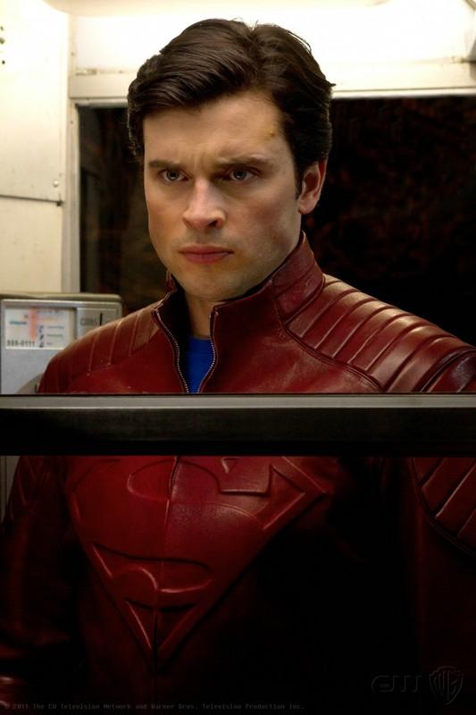 The Blur (Tom Welling) con un'espressione seria in una scena dell'episodio Booster di Smallville
