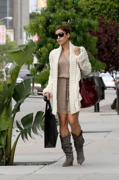 Eva Mendes durante una piacevole passeggiata lungo Beverly Boulevard