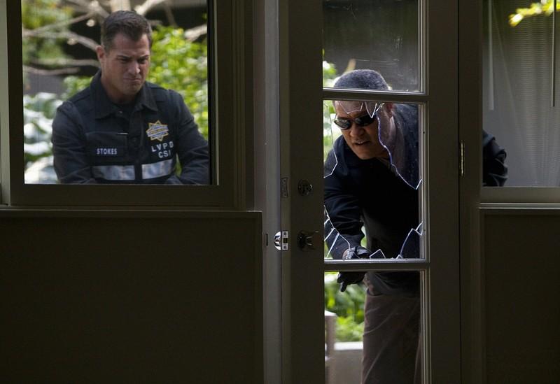 George Eads e Laurence Fishburne in una scena dell'episodio Hitting for the Cycle di CSI: Scena del crimine