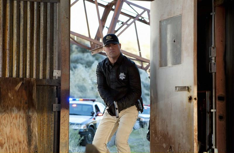 George Eads in azione in una scena dell'episodio The List di CSI: Scena del crimine