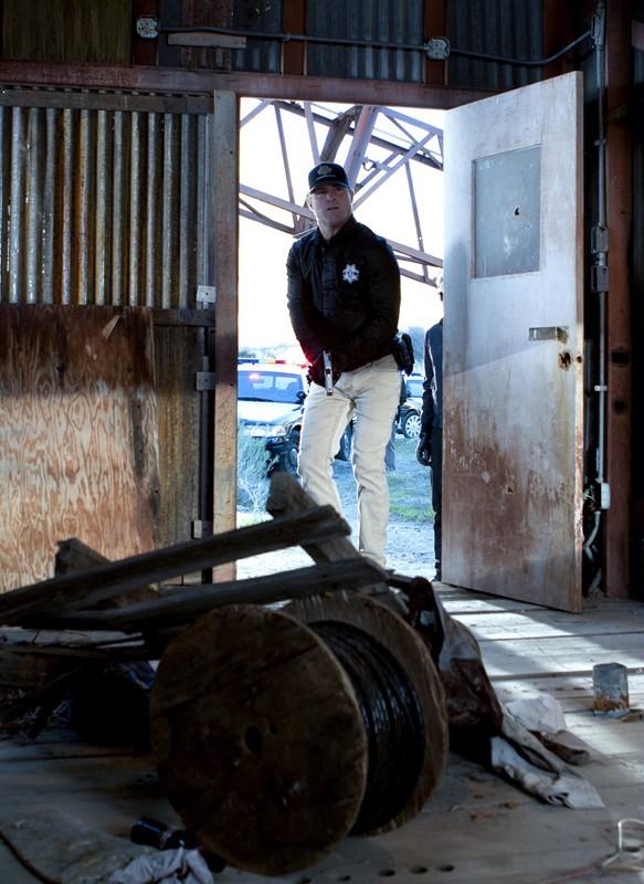 George Eads in una scena dell'episodio The List di CSI: Scena del crimine