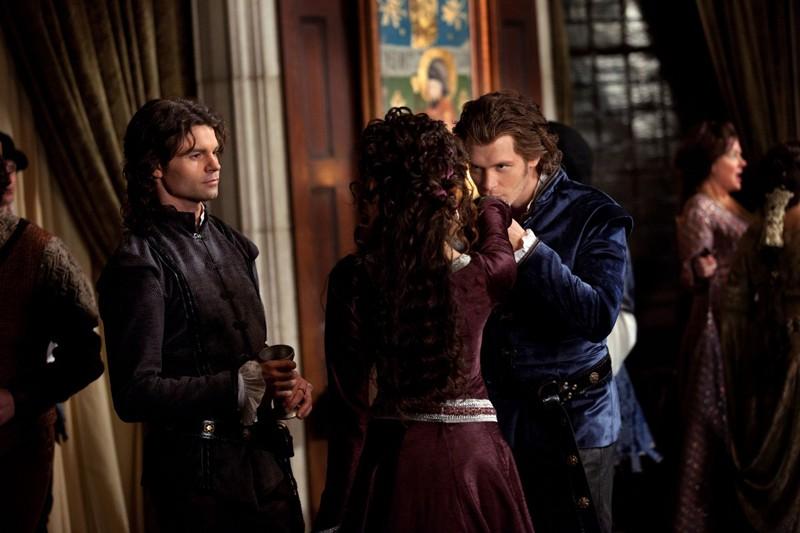 Klaus (J. Morgan) bacia la mano di Katherine (N. Dobrev) in presenza di Elijah (D. Gillies) in: Klaus di Vampire Diaries