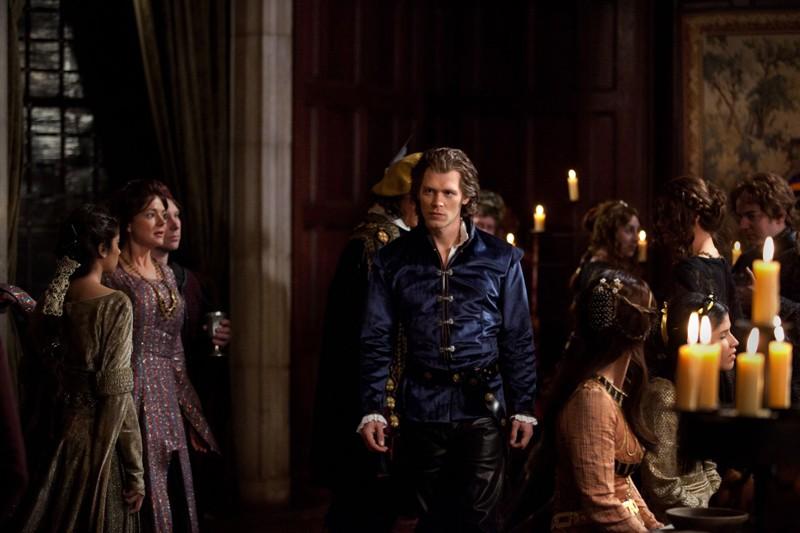 Klaus (Joseph Morgan) arriva alla festa nell'episodio Klaus di Vampire Diaries