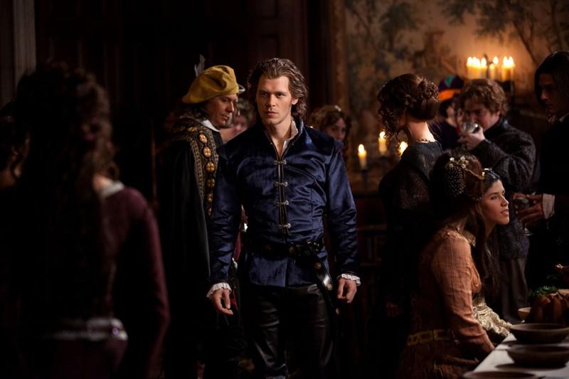 Klaus (Joseph Morgan) vede Katherine (Nina Dobrev) alla festa del 1941 nell'episodio Klaus di Vampire Diaries